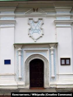 Після однієї з реставрацій стріли на гербі стали блакитними, а тло білим