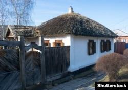 Східна Слобожанщина. Стара українська хата, покрита соломою, у Воронезькій області нинішньої Росії