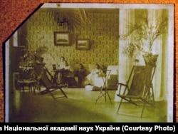 Зліва направо: Маруся Собіневська, Феоктиста Карпова, Климент Квітка, Лариса Косач-Квітка. Кутаїсі, 1911 рік.