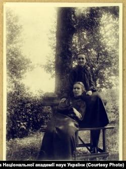 Леся Українка з тіткою Олександрою Шимановською. Зелений Гай, 1906 рік