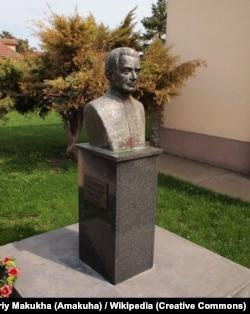 Пам'ятник Гавриїлу Костельнику біля собору на його батьківщині. Руський Керестур (Сербія)