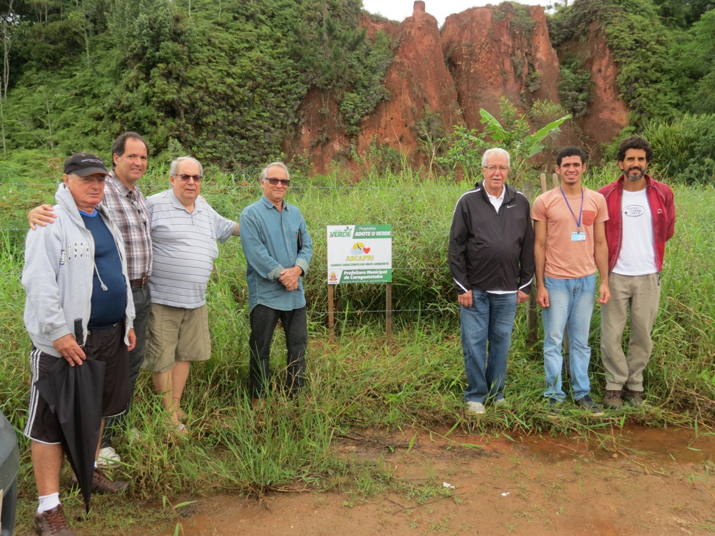 Associação de moradores adota área verde para criação de horta comunitária