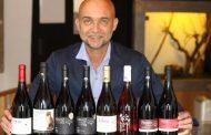 Produtor autografa rótulos do premiado Manz Wine no 4º Jazz &Vinhos Festival