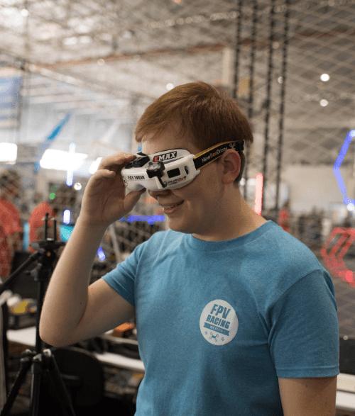 Participante de edição anterior do evento experimenta óculos de realidade virtua - Divulgação