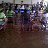 Alunos em Abaetetuba assistem aulas em salas que parecem rios