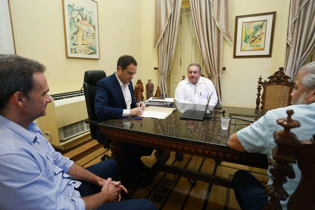 Governador Paulo Camara sanciona lei do pagamento de pensao integral por morte do Covid-191