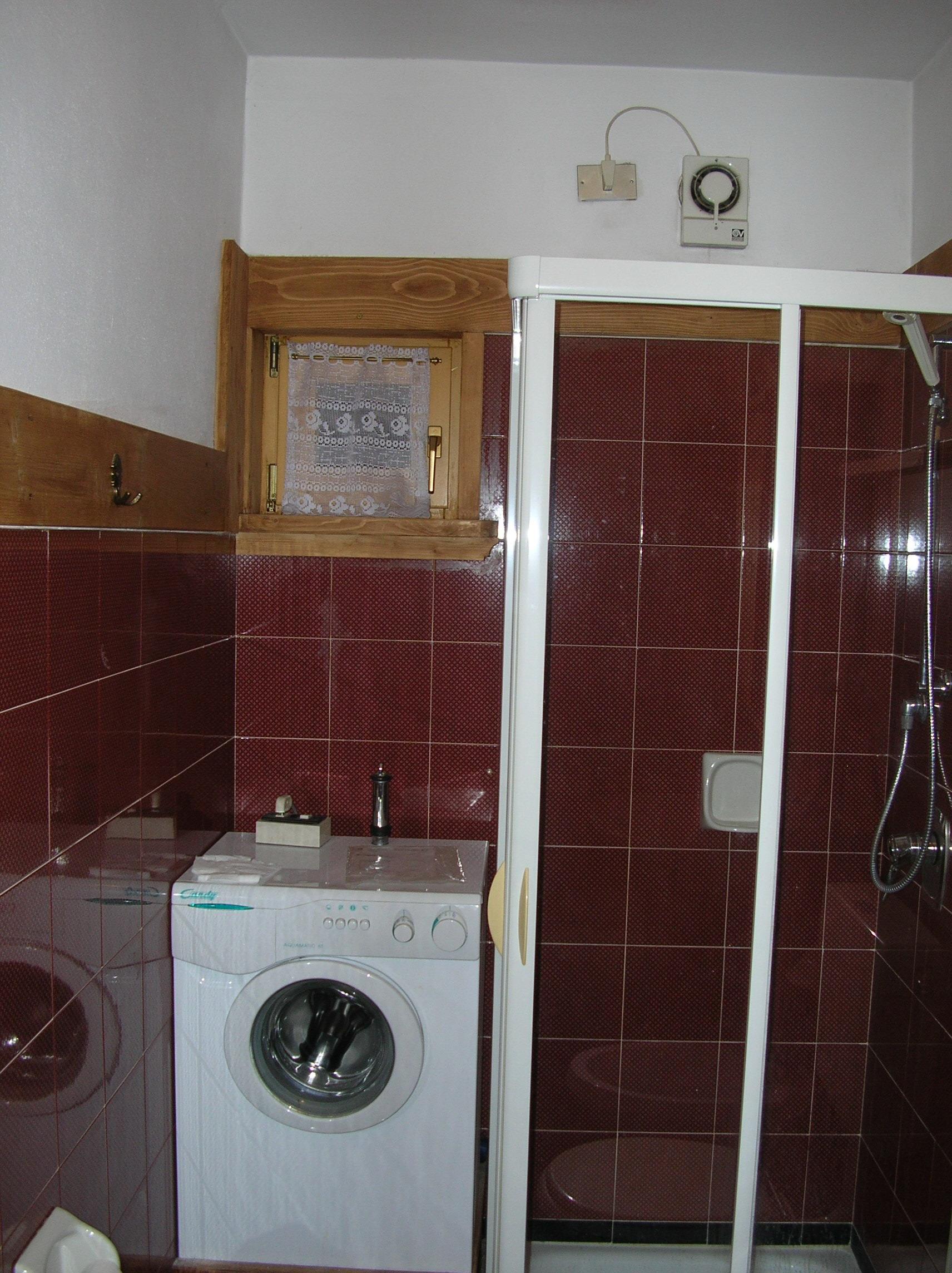 bagno con doccia e lavatrice  Ski Residence