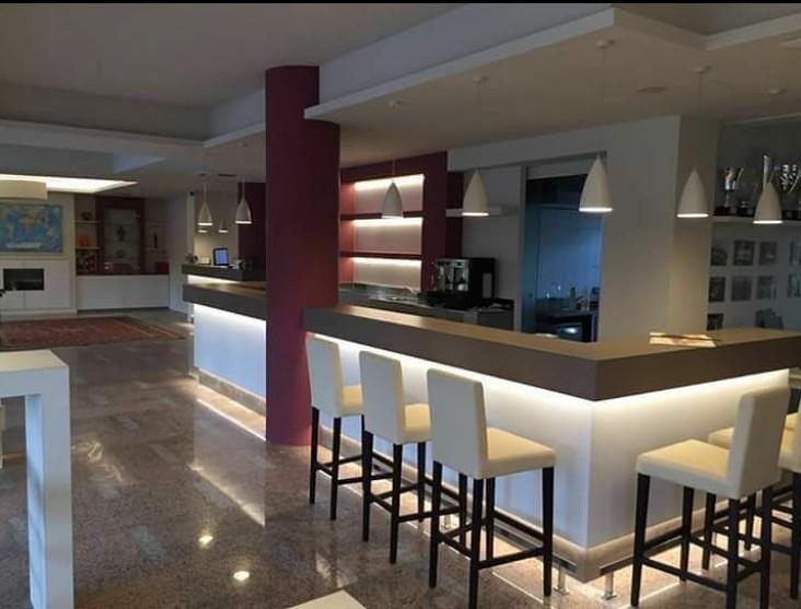 Come creare un perfetto angolo bar in casa, ecco 20 esempi di progetti realizzati con arredamento rustico perfetti per taverne,. Arredamenti Bar Milano Su Arredo Milano