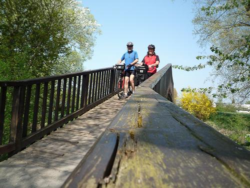 Fantastiska cykelvägar i landskapet, här en liten träbro