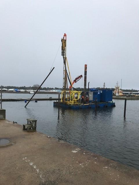 Nu har vi startat med pålningsarbetet i hamnen.