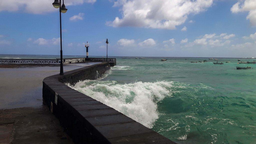 Lanzarote-travel-guide-das-musst-du-sehen-arrieta-meer-wellen-boot
