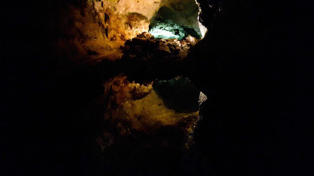Lanzarote-travel-guide-höhle-Cueva-de-los-Verdes-unterirdischer-see-spiegelung (1 von 1)