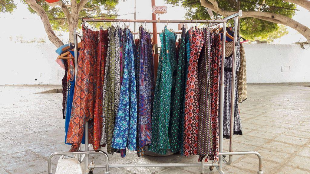 Lanzarote-travel-guide-haria-das-tal-der-tausend-straße-marktplatz-kleidung (1 von 1) (1)