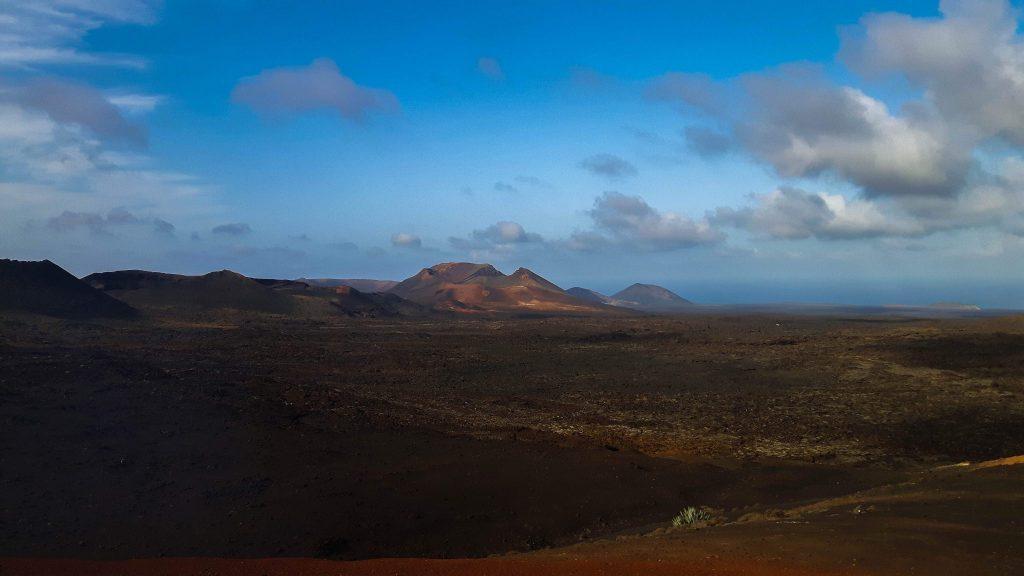 Lanzarote-travel-guide-timanfaya-nationalpark-berge-ausblick (1 von 1) (1)