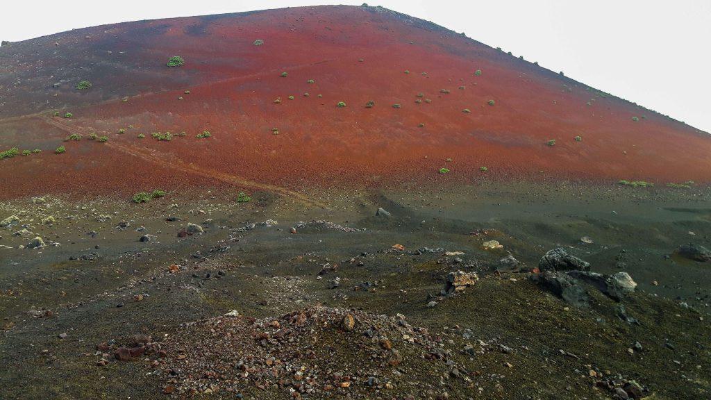 Lanzarote-travel-guide-wanderung-caldera-colorada-vulkan-landschaft-berg-rot-gestein (1 von 1) (1)