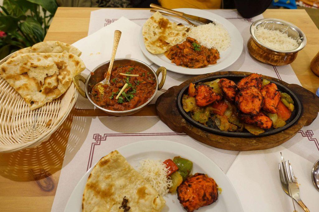 calella-kurkuma-indian-restaurant-hauptspeise-Essen-tisch