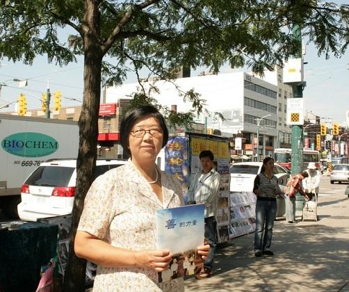 法轮功学员吴燕霞在加拿大多伦多唐人街讲真相
