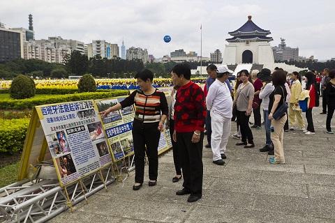 法轮功学员在台北自由广场举行排字弘法讲真相活动