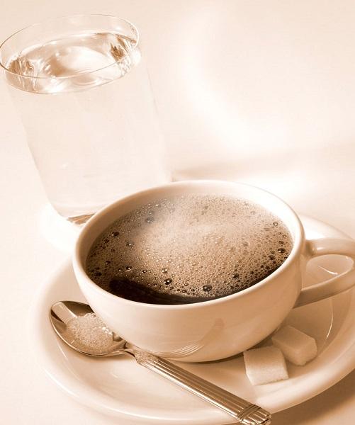 一杯水和一杯咖啡