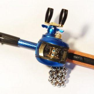 Isqueiro, acendedor a gás, mini vara de pesca com carretilha