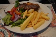 Carne, salada e fritas