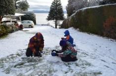 Brincadeira na neve no hotel