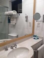 Banheiro limpo e iluminado