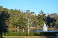 Um dos lagos e sua fonte