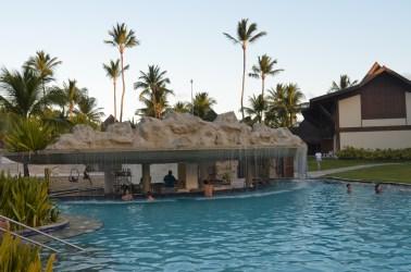 Um bar com cascata na piscina