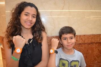 Com os braceletes