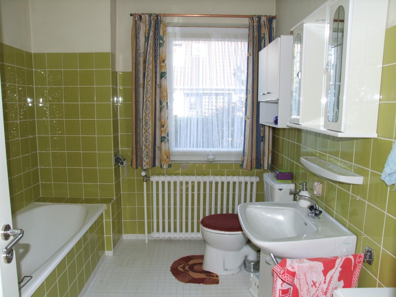 Grünes 70er Jahre Badezimmer Verschönern