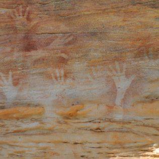 (C) Jule Reiselust: Heiliger Ort der Aboriginies - Hände in der Guguyalani Gallery bei Laura