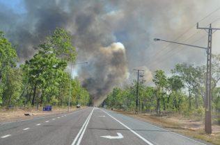 (C) Jule Reiselust: Buschfeuer auf dem Weg zum Campground bei Berry Springs.