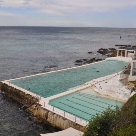 (C) Jule Reiselust: clubhaus und Rockpool des ältesten Schwimmvereins Sydneys - Icebergs