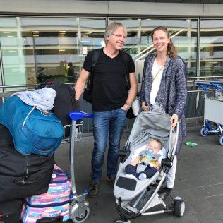 (C) Jule Reiselust: Familie mit Reiselust am Flughafen Düsseldorf