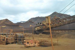 (C) Jule Reiselust: Verladen von Eisenerz auf Züge in der Mine Tom Price.