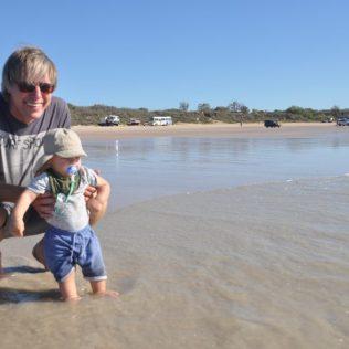 (C) Jule Reiselust: Erste Schritte im Meer am Strand von Cable Beach.