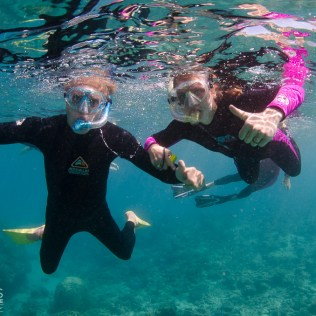 (C) Jule Reiselust: Jule und Ulli schnorcheln am Ningaloo Reef.