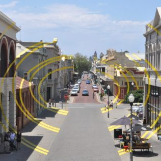 (C) Jule Reiselust: Arch d'Ellipses von Felice Varini in der High Street in Fremantle während der High Tide 17.