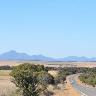 (C) Jule Reiselust: Die Stirling Range wird von Getreidefeldern umgeben.