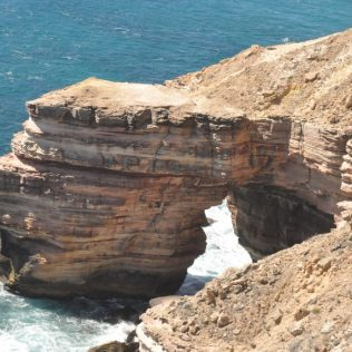 (C) Jule Reiselust: Durch eine solche Gesteinsbrücke ist auch der solitär stehende Island Rock entstanden.