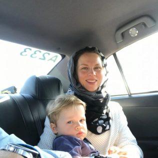(C) Jule Reiselust: Im Taxi zu unseren Gastgebern. Jule vorschriftsmäßig mit Kopftuch. Kindersitze gibt es nicht.