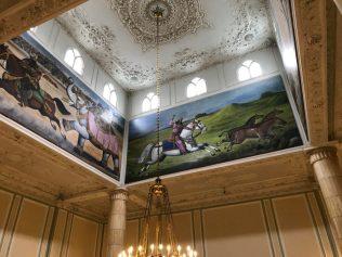 (C) Jule Reiselust: Riesiges Wandgemälde in Anlehnung an das Schāhnāme-Königsbuch. Noahs Lieblingsbild im Weißen Palast.