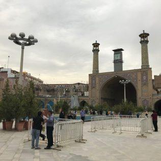 (C) Jule Reiselust: Großer Platz vor der Moschee am Basar, auf dem sich die Basaris dem Aufstand gegen den Shah 1979 angeschlossen haben und von dem der letzte Impuls ausging den Shah zu stürzen.
