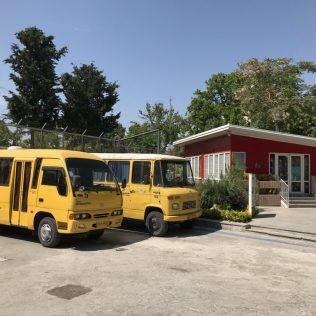 (C) Jule Reiselust: Schulbusse für die Schüler der deutschen Botschaftsschule.
