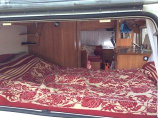 (C) Jule Reiselust: Die Inneneinrichtung unseres Wohnis. Blick durch das Hexkfenster auf das Festbett.