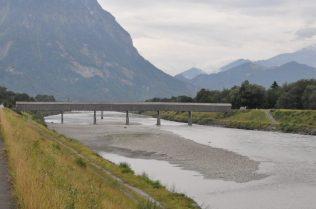 (C) Jule Reiselust: Holzbrücke über den Rhein verbindet Lichtenstein. Ist der Sxhweiz.