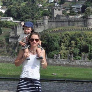 (C) Jule Reiselust: Jule mit Noah vor der mittleren Burg Montebello