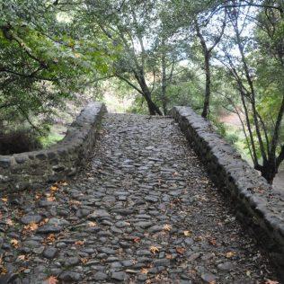 (C) Jule Reiselust: Kopfsteinpflasterweg über die Kelefosbrücke.
