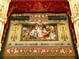 (C) Jule Reiselust: Bühnenvorhang in der Semperoper Dresden.
